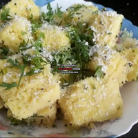 Spinach suji dhokla with hung curd froasting
