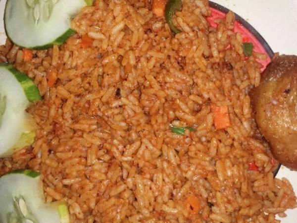 Garnish Jollof rice and fried chicken