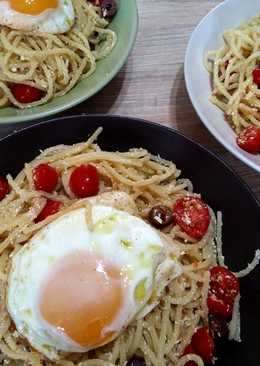 Spaghetti with eggs, tomatoes and olives