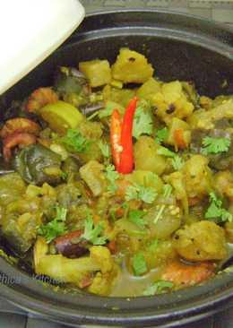 Chingri diye Panch Mishali Torkari (Bengali Dish cooked in a Moroccan Tagine Pot)