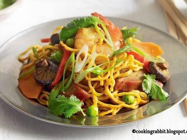Singapore seafood noodles
