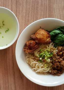 Egg Noodle With Chicken Pork Chunk And Fried Shrimp Dumplings