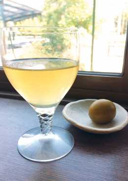 Plum liqueur and green tea cocktail