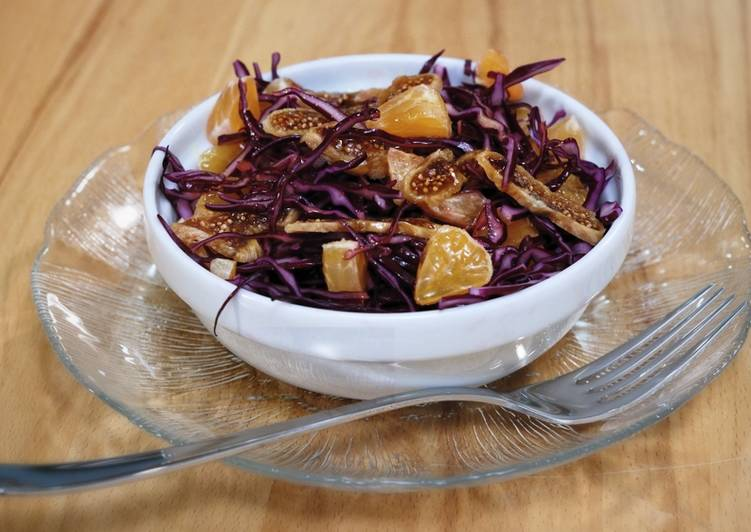 Red cabbage salad with clementines and dried figs