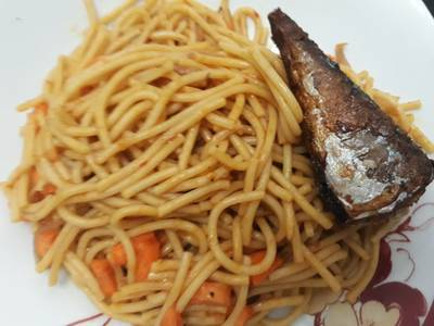 Spagetti with carrots and fried fish