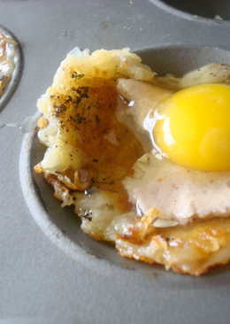 Baked eggs in shredded potato cheese cups