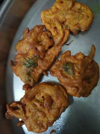 Hot and spicy Kanda bhajiya
