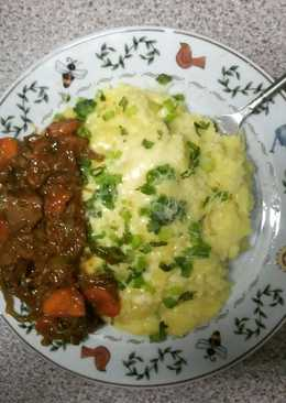 cheesed mash potatoes topped with spring onions & chicken liver stew