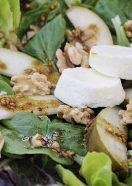 Autumn salad with pears and goat cheese