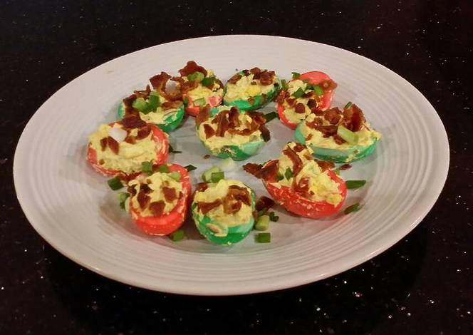 Resep Bacon and Jalapeno Deviled Eggs colored for Christmas