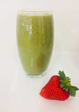 Spinach & Strawberry Green Smoothie