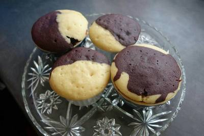 Mixed cupcakes vanilla and chocolate microwave