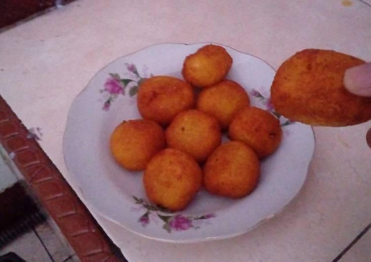 Grated Cassava Ball with Palm Sugar (Jemblem)