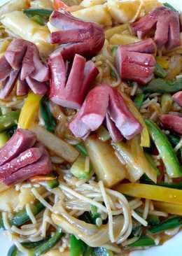 Roasted beefdog over sauteed spicy rice cake and pasta 牛肠炒辣年糕米粉