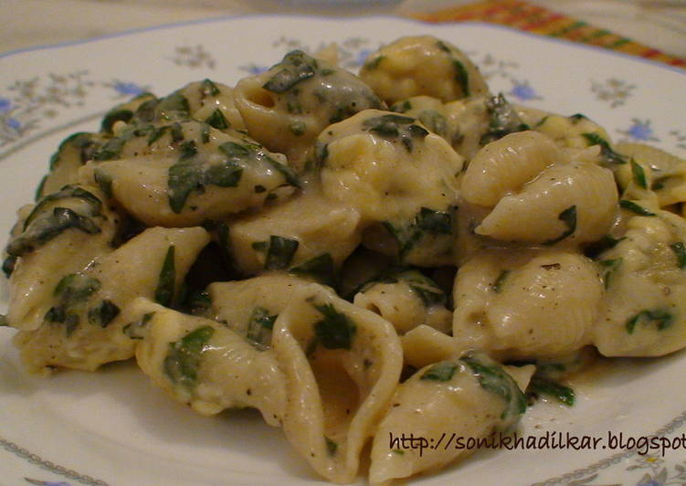 Pasta in Spinach and Cream Sauce