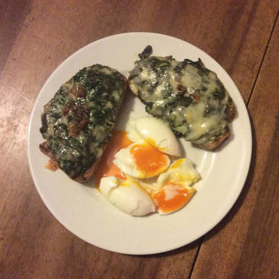 Spinach Toast with bleu cheese and eegs