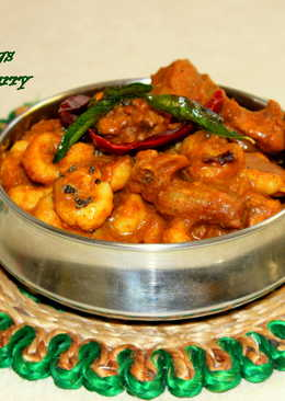 Kozhi Pidi/Rice Dumplings in Chicken Gravy