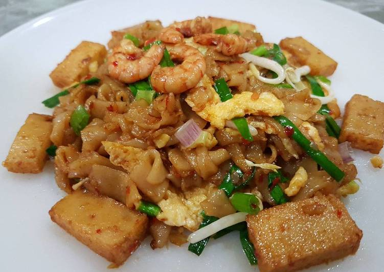 Penang stir fried flat rice noodles char kuey teow for Rice noodle fish