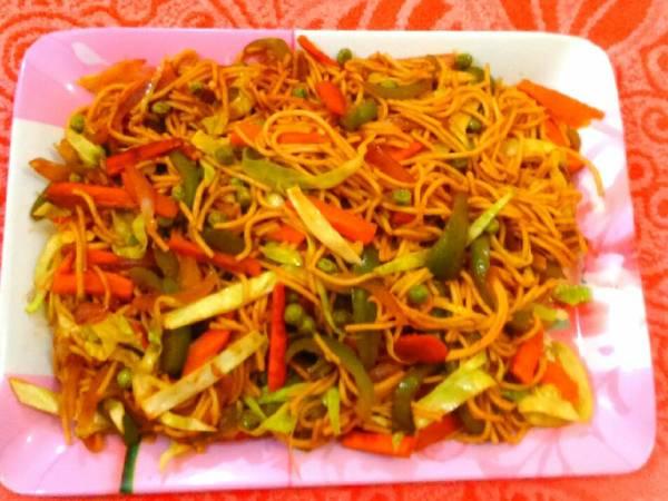 Veg hakka noodles / chow mein