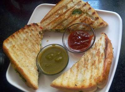 Bread sandwich with paneer and potato filling