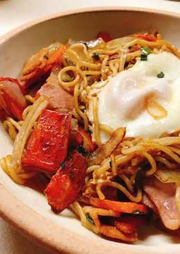 Yakisoba with sunny side up egg