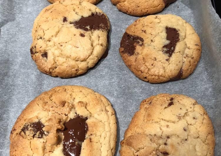 Gooey chocolate chip & peanut butter cookies 🍪