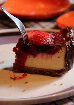 New York cheesecake w strawberry coulis & dark chocolate border