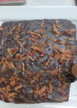 Chocolate bacon fudge with bacon crackling