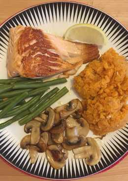 Salmon with sweet potato mash and vegetables