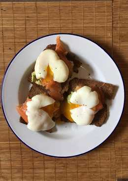 Perfect poached eggs with salmon & avocado on rye
