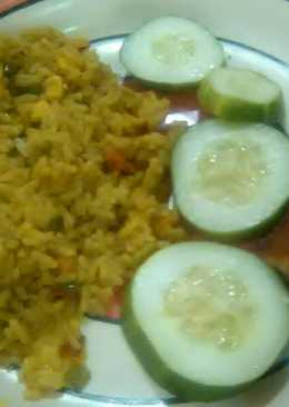 Garnished jellof rice with chicken and cucumber