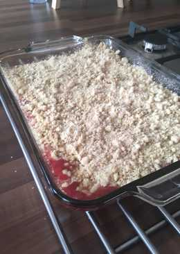 Rhubarb, apple and berry crumble