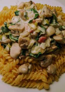 Pasta with chicken in cream cheese