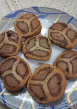Wheat flour Cookies in Almond and chocolate flavour