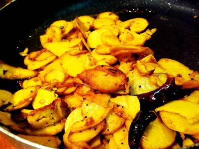 Chembu mezhukuperti/arabi/taro root fry