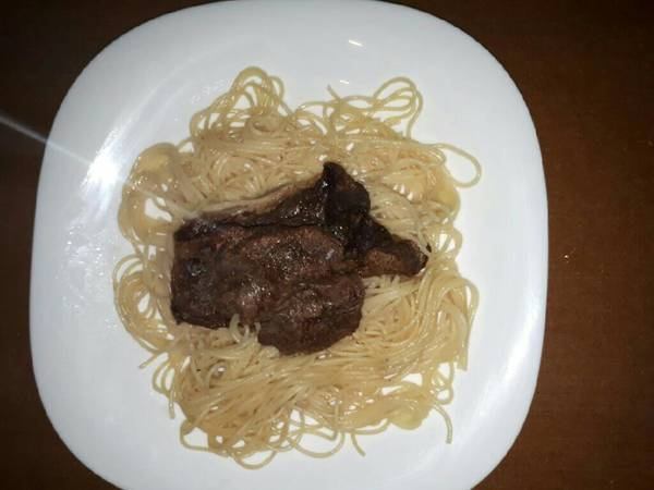 Spaghetti served with steak