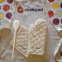 Kit de delantal, manopla, agarradera y cuchara con el logo de Cookpad