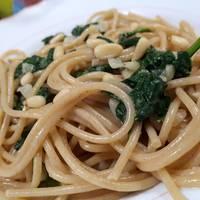 Espaguetis integrales con espinacas a las crema ligera