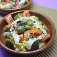 Ensalada de brócolis con aguacates y palitos de surimi