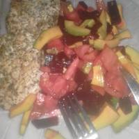 Pechuga de pollo al limón y orégano con tomate y aguacate, de dieta