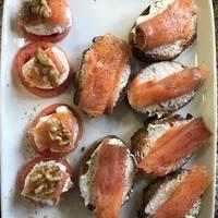 Tostas con salmón ahumado y queso fresco