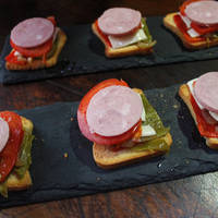 Tapas - Cebolla caramelizada con queso fresco tradicional, tomatesRosa Extremeñoy mini pimientos italianos fritos