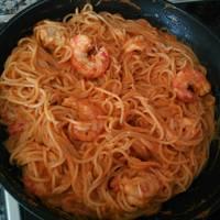 Espaguetis con salsa de nata, gambas y tomate