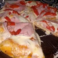 Pizza de mozzarella, jamón  y morrón