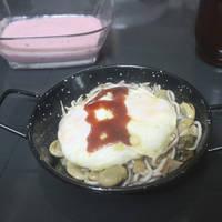 Gulas flambeadas con huevos poché y foie grass de pato