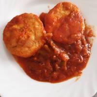 Merluza en salsa de tomate y pimiento verde