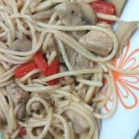 Espaguetis con verduras, solomillo de cerdo, salsa de soja y miel