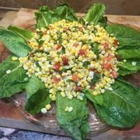 Ensalada de maíz tierno, tomates y lechugas