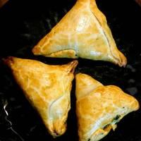 Crujientes de pasta brick con espinacas y queso azul