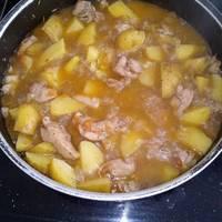 Pollo en salsa con patatas guisadas